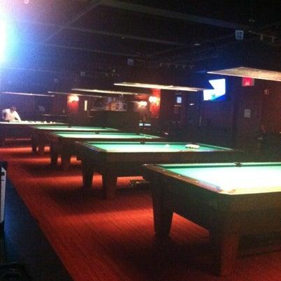 Foto tomada en Society Billiards + Bar por Mandy M. el 8/4/2012