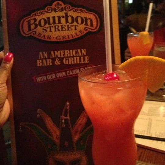 Foto tirada no(a) Bourbon Street Bar & Grille por Shameka C. em 7/6/2012