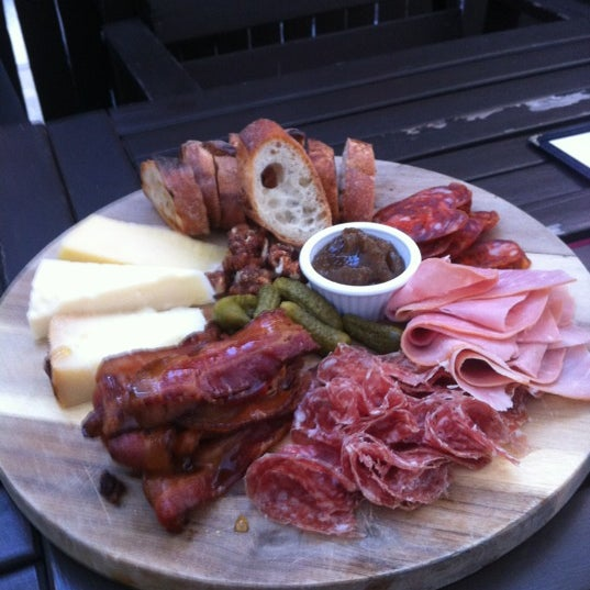 Foto tomada en OAK Restaurant & Wine Bar por Brad B. el 6/15/2012