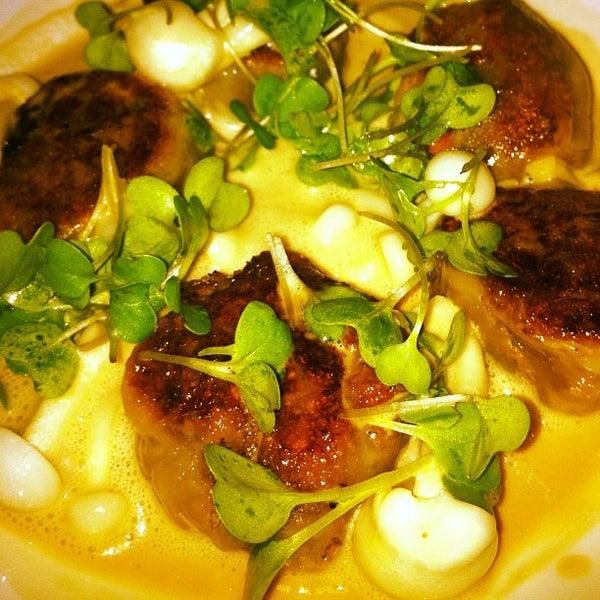 Foto diambil di Silk Rd Tavern oleh FoodtoEat pada 6/5/2012