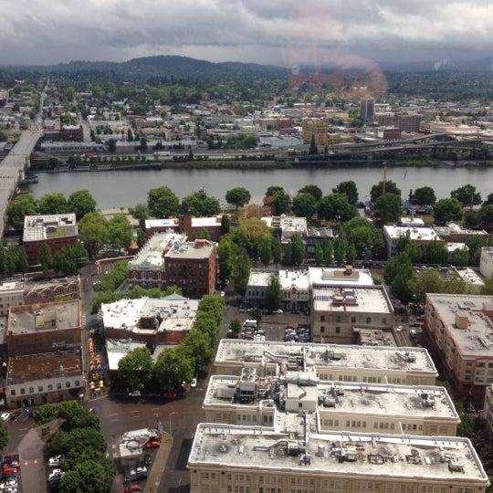 Foto tomada en Portland City Grill por Bill B. el 6/7/2012