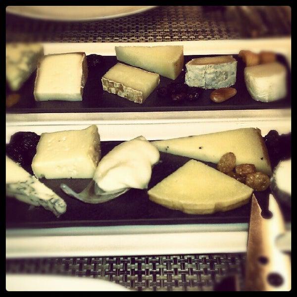 Foto scattata a Poncelet Cheese Bar da Alvaro V. il 9/7/2012
