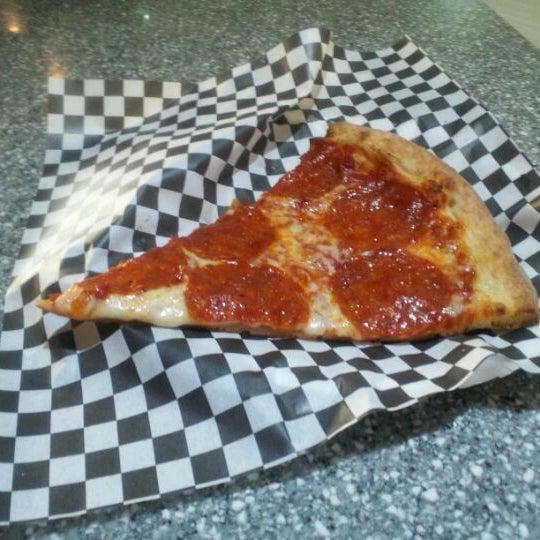 Снимок сделан в Pop Up Pizza пользователем Ethan M. 5/18/2012