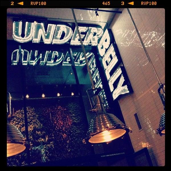 Das Foto wurde bei UnderBelly von Roger M. am 5/2/2012 aufgenommen