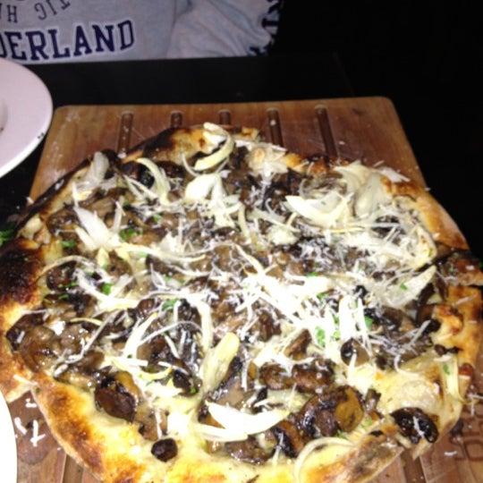 4/14/2012 tarihinde Julie B.ziyaretçi tarafından The Luggage Room Pizzeria'de çekilen fotoğraf
