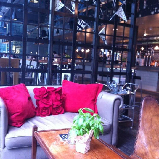 Foto tomada en The Refinery Bar por Jonathan S. el 6/3/2012