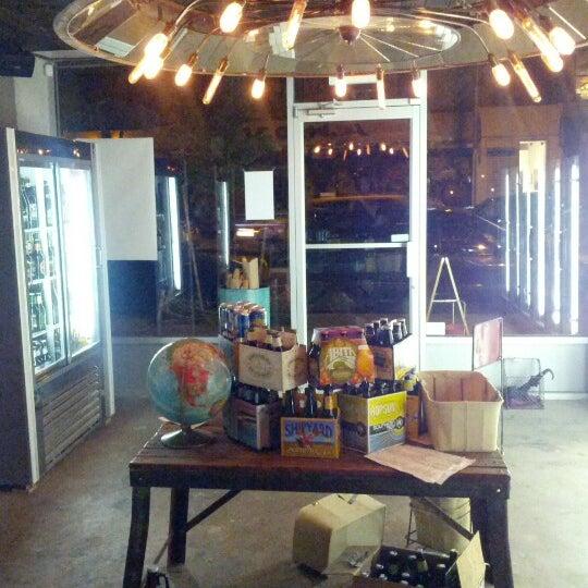 Foto scattata a Alphabet City Beer Co. da Noah W. il 6/10/2012