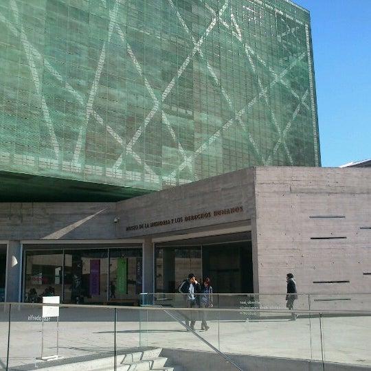 Foto diambil di Museo de la Memoria y los Derechos Humanos oleh Carito M. pada 8/25/2012