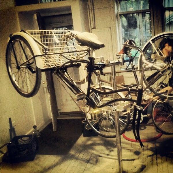 รูปภาพถ่ายที่ Heritage Bicycles โดย Heritage B. เมื่อ 4/13/2012
