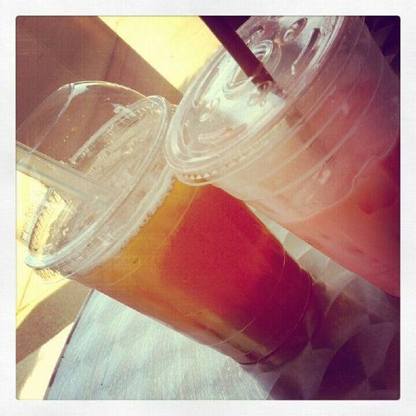Foto diambil di Tea Leaf Cafe oleh Mariah M. pada 5/10/2012