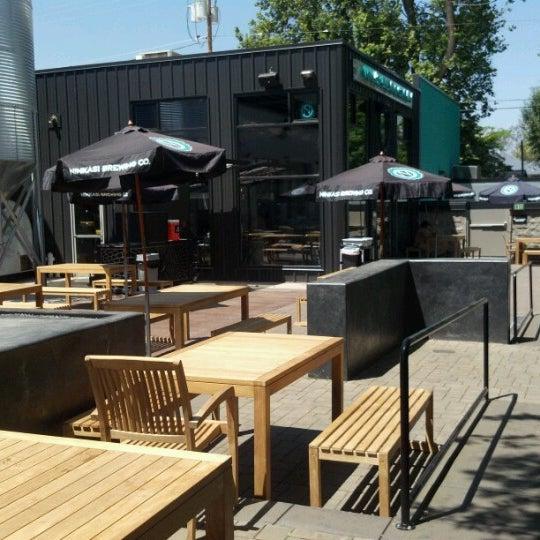 รูปภาพถ่ายที่ Ninkasi Brewing Tasting Room โดย Thomas P. เมื่อ 7/11/2012