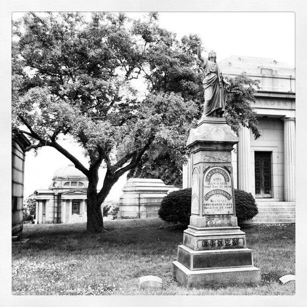 Foto tomada en Green-Wood Cemetery por ᴡ G. el 5/27/2012