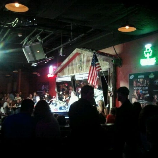 Das Foto wurde bei Shout House Dueling Pianos von Jermain H. am 4/29/2012 aufgenommen
