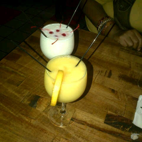 Foto diambil di Ottomanelli's Wine & Burger Bar oleh Suleidy L. pada 8/17/2012