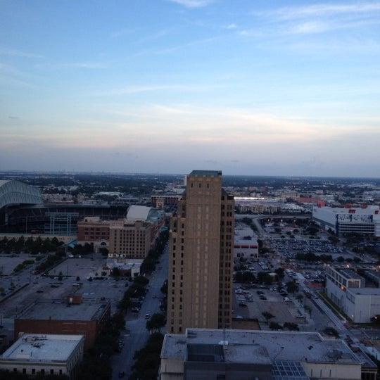 รูปภาพถ่ายที่ Magnolia Hotel โดย Graham P. เมื่อ 6/21/2012