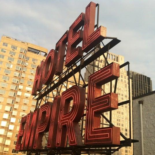 Foto tirada no(a) The Empire Hotel Rooftop por Crystal em 6/19/2012