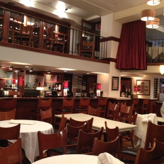 Das Foto wurde bei Beacon Restaurant & Bar von Polly S. am 4/25/2012 aufgenommen