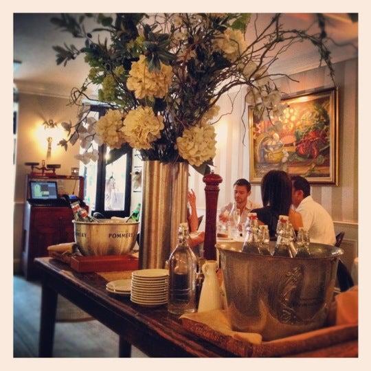 Foto diambil di Bistro Chat Noir oleh Arturo pada 8/20/2012