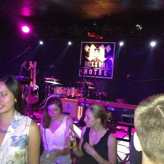 Foto tomada en Rock & Roll Hotel por Sandy L. el 6/21/2012