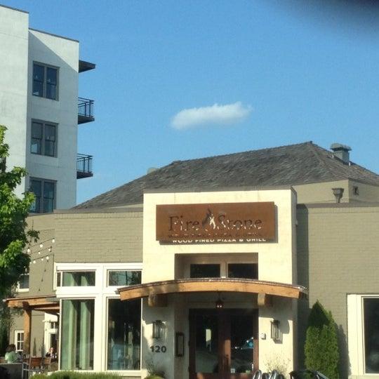 รูปภาพถ่ายที่ Fire Stone Wood Fired Pizza & Grill โดย Derek S. เมื่อ 4/24/2012