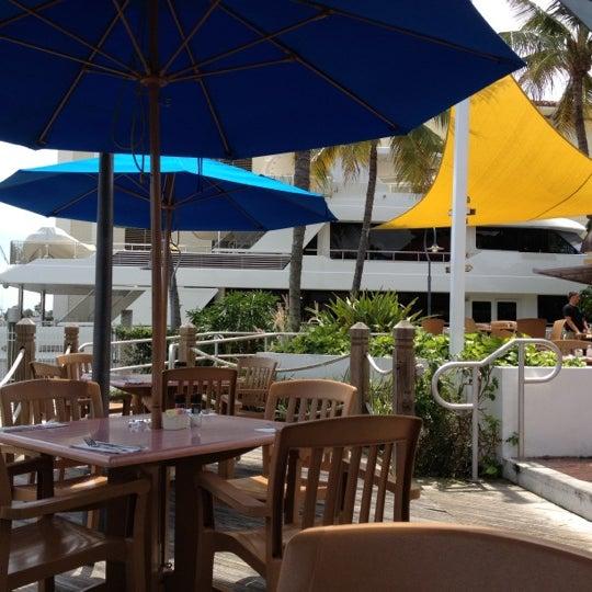 Photo prise au Bimini Boatyard Bar & Grill par Digit P. le6/9/2012
