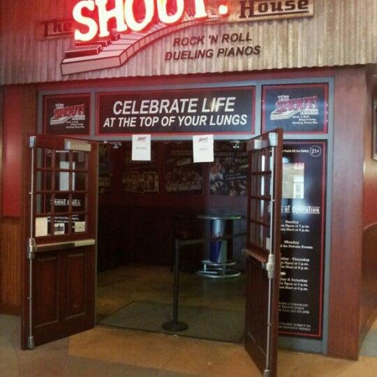 Das Foto wurde bei Shout House Dueling Pianos von Greg K. am 6/10/2012 aufgenommen