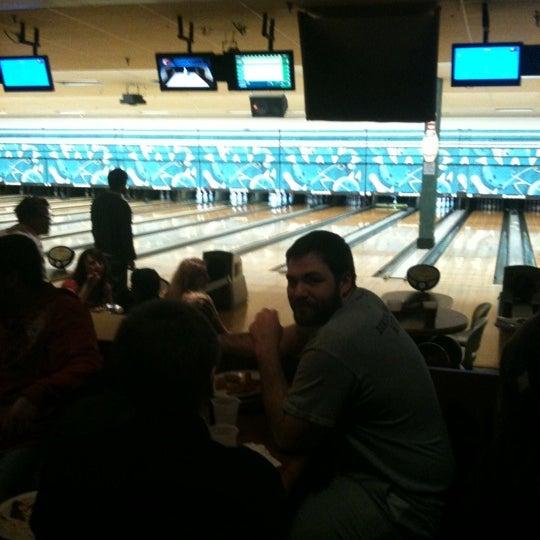 รูปภาพถ่ายที่ Park Tavern Bowling & Entertainment โดย Miken R. เมื่อ 3/5/2012