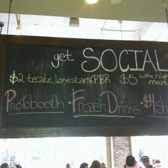 รูปภาพถ่ายที่ Brownstone Kitchen & Bar โดย Visit Fort Worth T. เมื่อ 7/29/2012