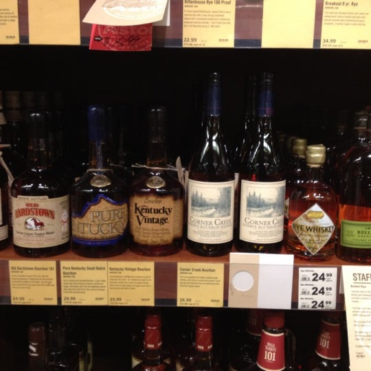 Foto tirada no(a) Astor Wines & Spirits por Jon S. em 2/22/2012