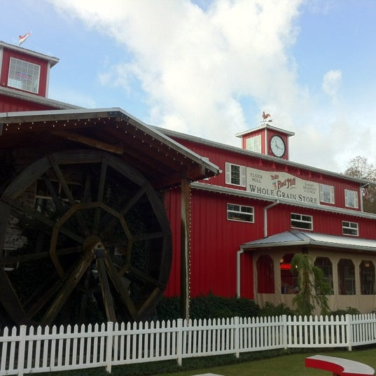 รูปภาพถ่ายที่ Bob's Red Mill Whole Grain Store โดย Stephen H. เมื่อ 3/16/2012