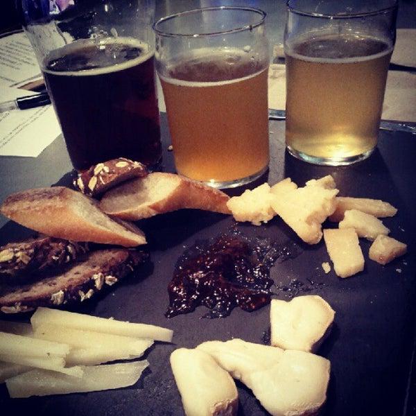 Das Foto wurde bei Alphabet City Beer Co. von Melody H. am 6/7/2012 aufgenommen