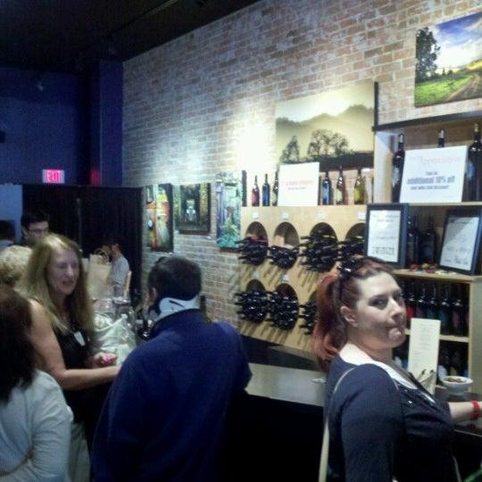 8/26/2012 tarihinde ᴡ W.ziyaretçi tarafından Thumbprint Cellars Tasting Room & Art Gallery'de çekilen fotoğraf