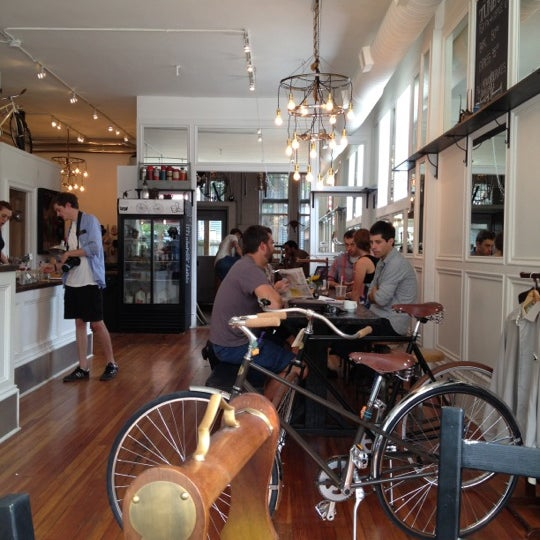 รูปภาพถ่ายที่ Heritage Bicycles โดย Maggie K. เมื่อ 9/2/2012