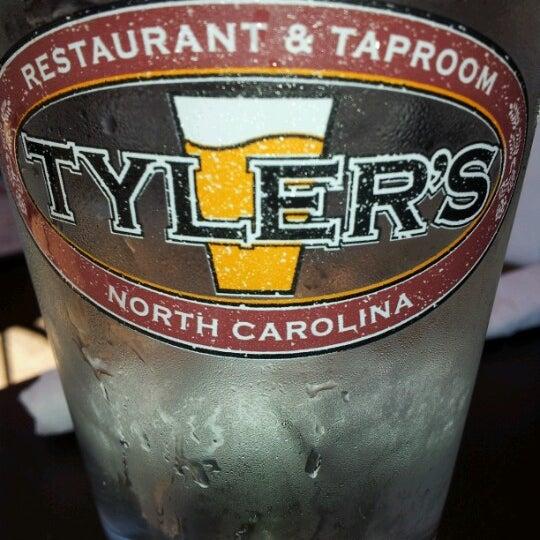 รูปภาพถ่ายที่ Tyler's Restaurant & Taproom โดย Emily C. เมื่อ 6/16/2012