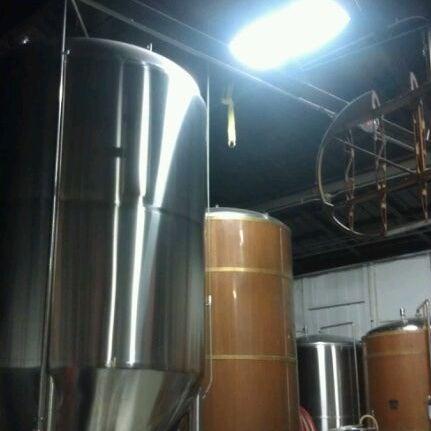 Foto tirada no(a) Hangar 24 Craft Brewery por Roc R. em 2/19/2012