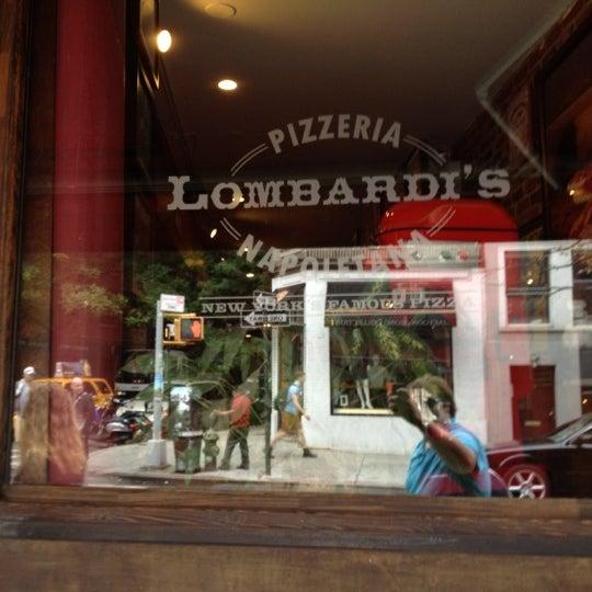 Das Foto wurde bei Lombardi's Coal Oven Pizza von Benjamin am 7/20/2012 aufgenommen