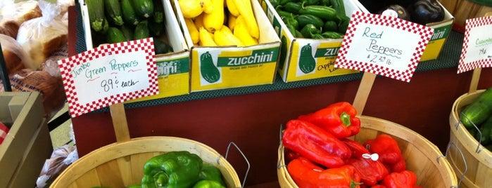 Tom's Farm Market & Greenhouses is one of Algonquin Square'nin Beğendiği Mekanlar.