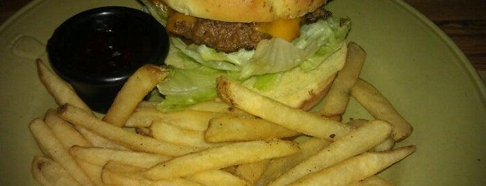 Applebee's Grill + Bar is one of สถานที่ที่ Tanya ถูกใจ.