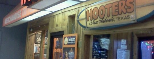 Hooters is one of Lugares favoritos de Ricardo.