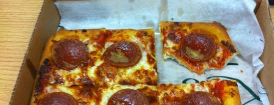 Ledo Pizza is one of Lugares favoritos de Shelly.