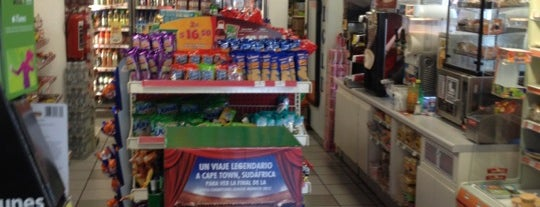 OXXO is one of Lugares favoritos de Jay.