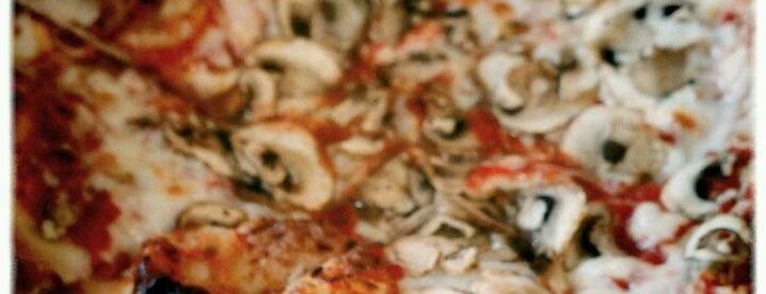 Deno's Pizzeria is one of สถานที่ที่ Rosana ถูกใจ.