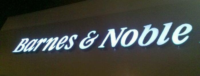 Barnes & Noble is one of Locais curtidos por Christie.