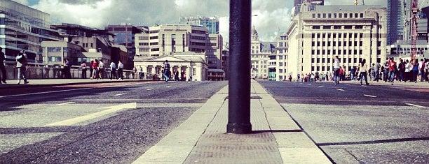 TfL Bus Stop M - London Bridge (77771) is one of Londen.