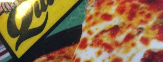 Quatro's Deep Pan Pizza is one of Posti salvati di Christopher.