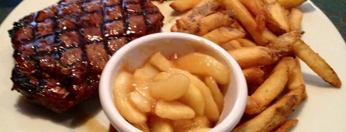 Smokey Bones Bar & Fire Grill is one of Lieux qui ont plu à Emily.