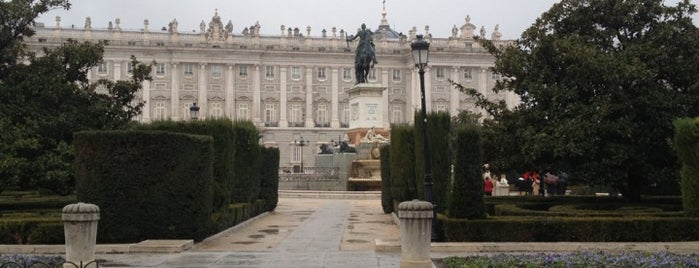 Plaza de Oriente is one of 101 sitios que ver en Madrid antes de morir.