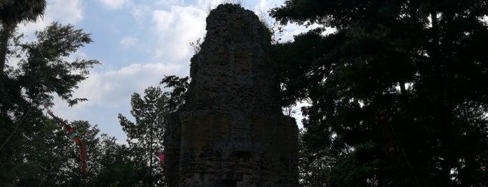 Prasat Bhumpone (The Castle of Hiding Village) is one of Surin + Buri Rum.