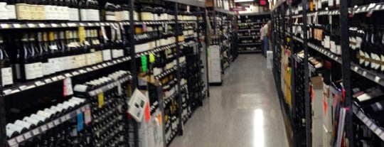 Spec's Wines, Spirits & Finer Foods is one of Lugares favoritos de Andres.