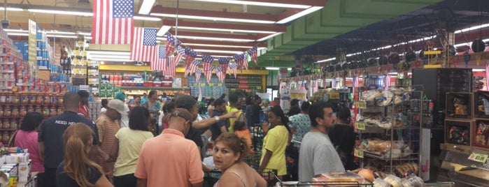 Food Bazaar Supermarket is one of Lugares favoritos de Jason.